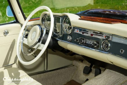 Blaupunkt-frankfurt-autoradio-mercedes-benz-230-sl-pagode-vintage-original-auto-radio-classentials-motoring-essentials